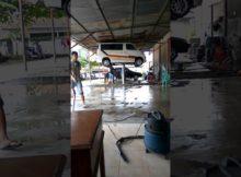 Detik detik mobil terbalik di hidrolik saat pencucian